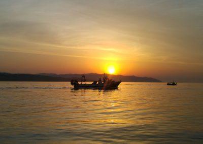 Barca arrossegant un gànguil per a la pesca de la gamba